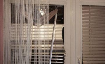 Neznámy páchateľ rozbil okná na dome policajnému príslušníkovi