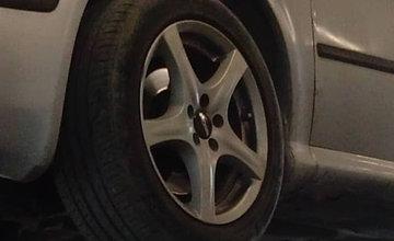 FOTO: Z osobného auta odstaveného na okraji sídliska Solinky odcudzili kolesá