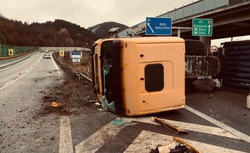 Na zjazde z diaľnice D3 v Strážove sa prevrátil kamión