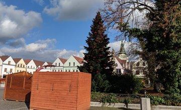 FOTO: Na Mariánskom námestí už pripravujú stánky a zdobia vianočný stromček