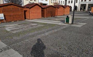 FOTO: Na Mariánskom námestí dočasne odstránili lavičky v priestore pre Vianočné trhy