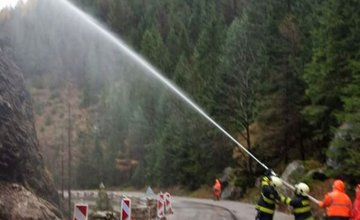 FOTO: Na ceste medzi Terchovou a Vrátnou dnes museli sanovať bralo, ktoré sa zosúvalo na cestu