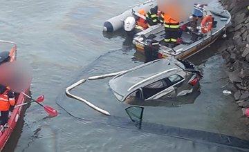 FOTO: Do Oravskej priehrady sa zrútilo osobné auto, zasahujú všetky záchranné zložky