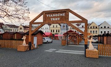 FOTO: Na Mariánskom námestí je už osadená populárna svetelná guľa, vianočné trhy začínajú zajtra