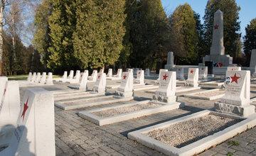 FOTO: Slávnostný ceremoniál symbolického odobratia zeme z Pamätníka vojakov Červenej armády v Žiliny