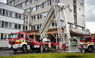 FOTO: Taktické cvičenie hasičov zamerané na požiar výškovej budovy