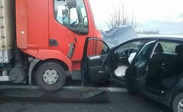 FOTO: Pri rannej nehode na ceste I/18 sa zranili 3 osoby