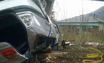 FOTO: Pri Ružomberku spadlo auto z mosta, zasahujú všetky záchranné zložky