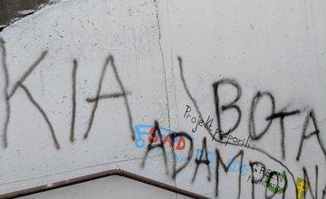 FOTO: Časť maľby na zastávke Bernolákova zničili vandali presprejovaním