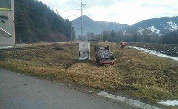 FOTO: Pri Ružomberku došlo k zrážke vlaku s osobným autom, zraniť sa mali dve osoby