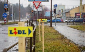 FOTO: Centrum Žiliny zamorili nepovolené reklamné stĺpiky, propagujú obchodný reťazec