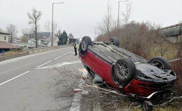 AKTUÁLNE: Na Kysuckej ulici v Žiline sa prevrátilo auto na strechu