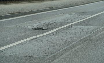 FOTO: Vozovka na ulici 1. mája v centre Žiliny sa rozpadáva, na ceste sú výtlky, koľaje a praskliny