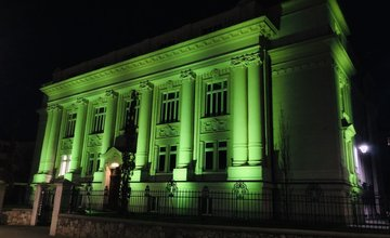 FOTO: Budova Banky Žilina bude svietiť až do nedele zelenou farbou