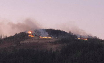 Nad Považským Chlmcom došlo k požiaru lesa a trávy