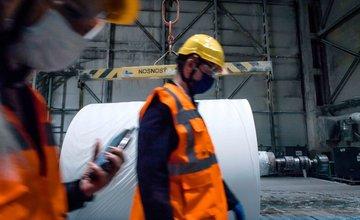 FOTO: Prehliadka papierní Metsa Tissue, prílet špecialistov a ich izolované ubytovanie