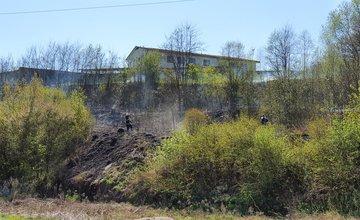 Na Rosinskej ceste horí plocha s trávou a kríkmi