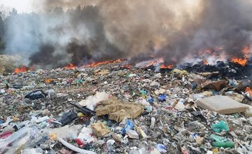 AKTUÁLNE: Pri Rajci horí skládka odpadu, zasahujú desiatky hasičov
