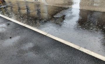 FOTO: Prvý dážď odhalil nedostatky zrekonštruovanej križovatky na Komenského ulici