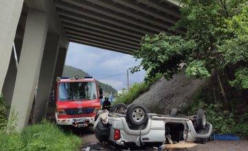 AKTUÁLNE: Pri Ružomberku sa zrútilo osobné auto z mosta, jedna osoba zraneniam podľahla