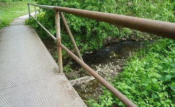 Poškodený most a lávka pre peších v mestskej časti Rosinky