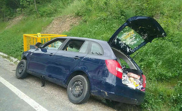 FOTO: Na Kysuciach narazilo osobné auto do kovovej konštrukcie pri ceste, zasahuje aj vrtuľník