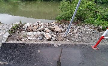 FOTO: Novú cyklotrasu popri Váhu poškodil prívalový dažď v mieste obchádzky kanalizačnej stoky
