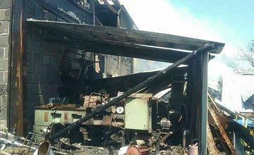 FOTO: V Kysuckom Novom Meste horí budova autoservisu