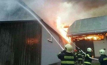 FOTO: Na Orave horia humná, zasahuje takmer štyridsať profesionálnych a dobrovoľných hasičov