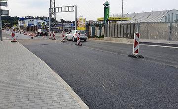 FOTO: Poškodený úsek cesty vrátane železničného priecestia na Kamennej bol opravený