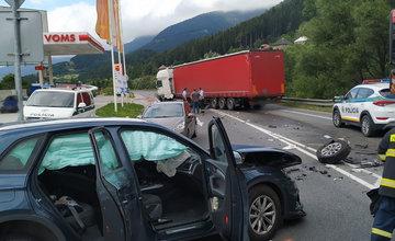 FOTO: V Ružomberku došlo k zrážke kamióna s osobným autom, cesta je neprejazdná