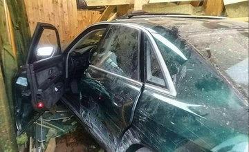 FOTO: Pri dopravnej nehode v Liptovskom Mikuláši narazilo osobné auto do reštaurácie
