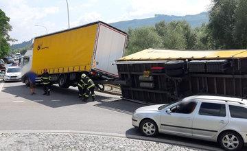 FOTO + VIDEO: Na Orave sa prevrátil kamión prechádzajúci kruhovým objazdom, doprava je odklonená