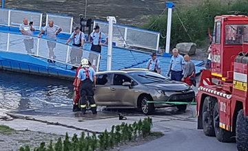 FOTO: Vyťahovanie potopeného auta v rieke Váh v obci Strečno