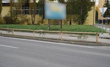 FOTO: Nové opatrenia pri budove Klientskeho centra na sídlisku Vlčince zamedzujú parkovaniu áut