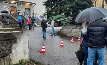 FOTO: Celoplošné testovanie začalo, odberné miesta v Žiline zažili ranný nápor ľudí