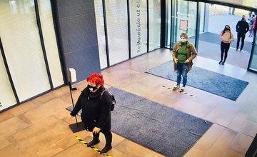 FOTO: Pred budovou biznis centra Poštová sa tvoria dlhé rady, testovanie prebieha pomerne rýchlo