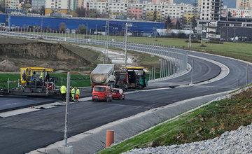 FOTO: Most na ceste z Bytčice do Rosiny je otvorený, na privádzači dokončujú asfaltový koberec