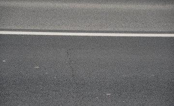 FOTO: Nový asfaltový povrch na ceste nad Solinkami sa začal prepadávať a praskať
