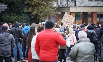 FOTO: V Žiline sa zišlo niekoľko stoviek ľudí na protest proti vládnym opatreniam