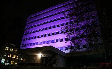 FOTO: Žilinská nemocnica svieti dnes 17. novembra na purpurovo