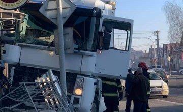 FOTO: Na ceste prvej triedy v Tvrdošíne nabúral kamión, vodič vyviazol bez zranení