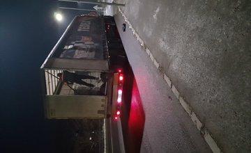 FOTO: Prerezanie plachty kamiónu v Čadci - 30.11.2020