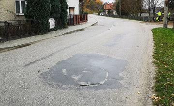 FOTO: Na území Žilinského kraja opravili ďalšiu cestu, nový asfaltový koberec majú v obci Strečno