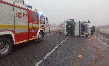 FOTO: Pri Tvrdošíne sa prevrátil kamión s nákladom, cesta je prejazdná s obmedzením