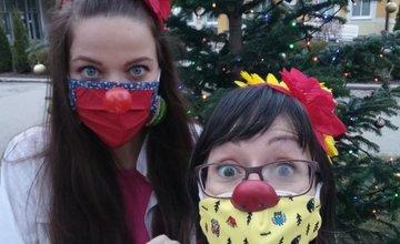 FOTO: Zdravotní klauni ČERVENÝ NOS Clowndoctors budú pomáhať aj tieto Vianoce