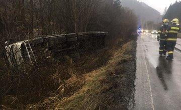 FOTO: Za obcou Párnica sa prevrátil kamión, dopravu usmerňuje polícia