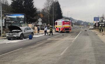 FOTO: V obci Dolný Hričov došlo k nehode troch áut, jedno skončilo na streche
