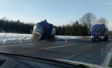 FOTO: Medzi Žilinou a Martinom havaroval kamión, cesta je prejazdná s obmedzením