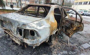 FOTO: Na sídlisku Vlčince zhorelo odstavené osobné auto bez evidenčného čísla